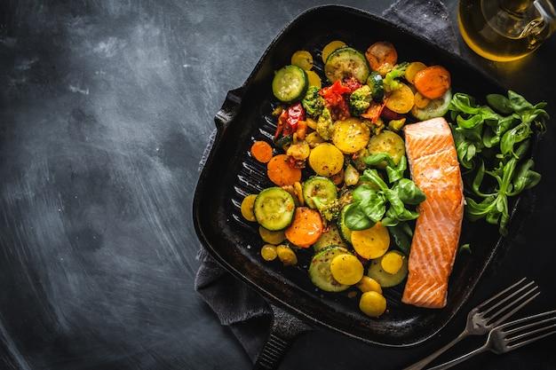 Лосось гриль с овощами на сковороде