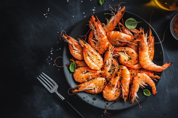 Жареные креветки со специями на тарелке