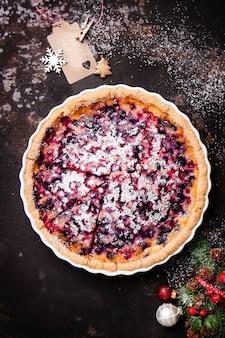 ダークウッドのテーブルの上にラズベリーとチーズケーキ