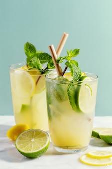 Вкусный свежий напиток коктейль с лаймом и мятой. подается в бокалах. крупный план