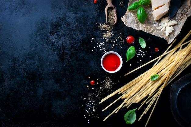 Рецепт макароны пармезан с куском сыра и сырых макаронных изделий и других ингредиентов