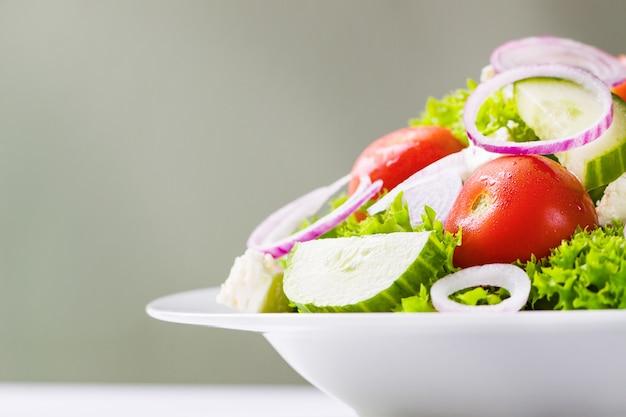白色板上のサラダ
