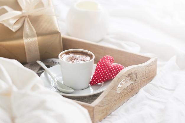 Завтрак поднос с кофе, сердце и золотой дар