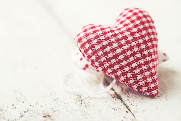 白と赤の市松模様の心はテディベア形