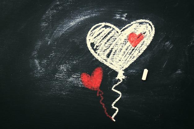 Творческая любовь или день святого валентина концепция с воздушными шарами в сердце