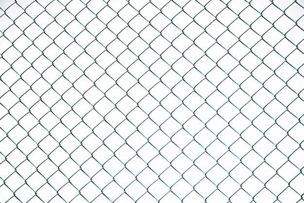 澄んだ空に金網フェンスのフルフレームショット