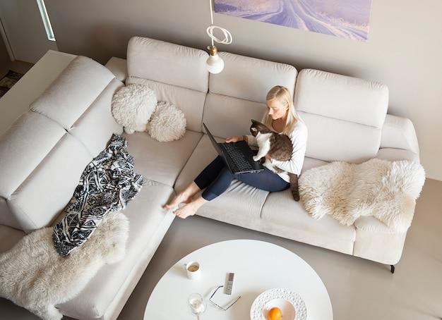 Зрелая женщина и милый кот разговаривают через видео-чат