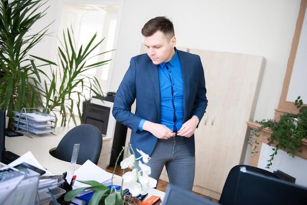 Бизнесмен работает в своем кабинете