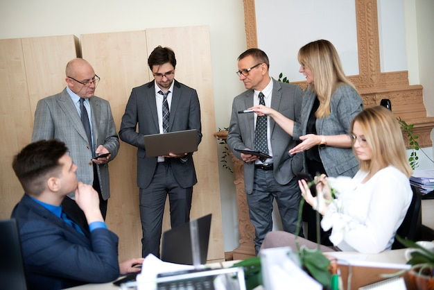 Деловые люди, работающие вместе в офисе