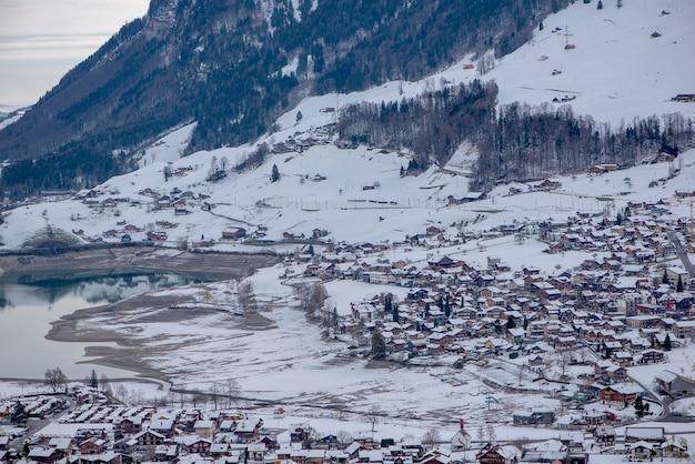 Аэрофотоснимок гор озера лунгернерзее, лунгерн, швейцария