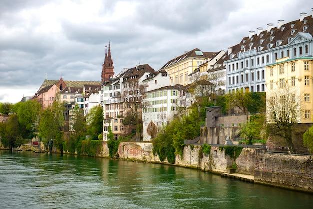 スイスのバーゼル。ライン川とミュンスター大聖堂、スイス連邦中世都市