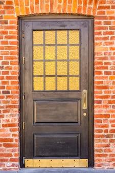 老朽化した木製ドア