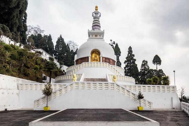 白い古い寺院