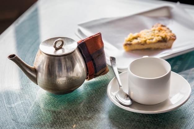 テーブルの上のティーカップ