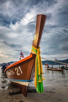 Длинный деревянный хвост лодки
