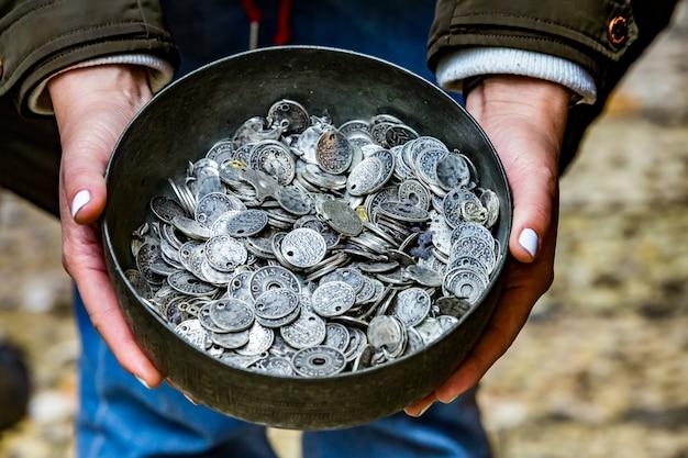 Котел со старыми монетами