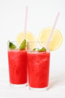 グラスにレモンとミントのスイカのスムージー