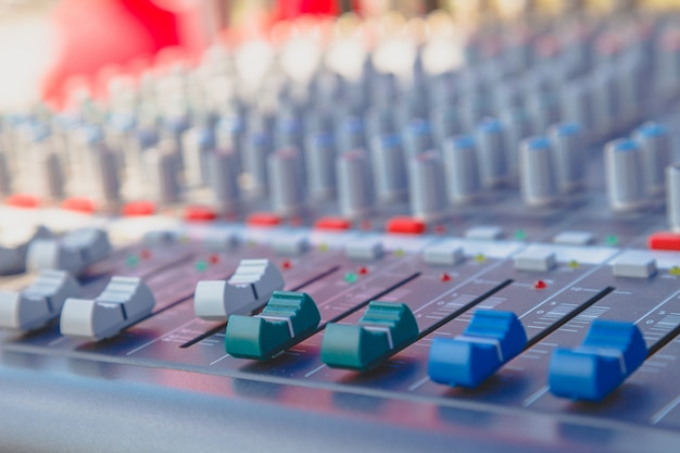 Слайд аудио микшер в комнате управления.