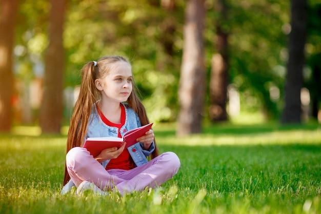 草の上に座っているかわいい女の子の肖像画