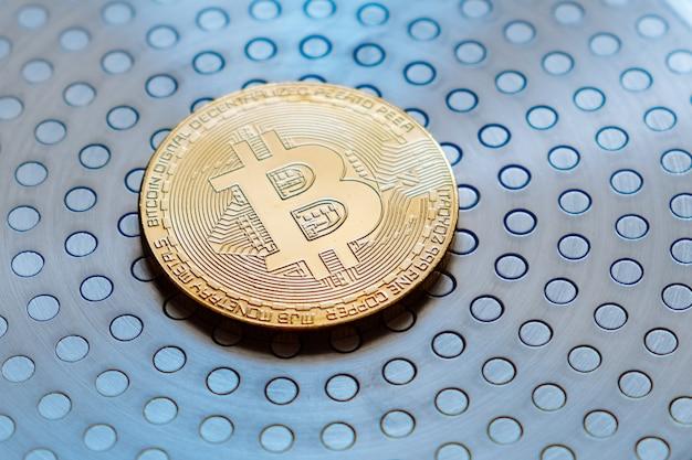 Золотая монета цифровой валюты биткойн крупным планом