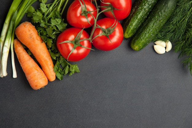 Расположение смешанных красочных овощей, изолированных на темно-сером фоне шифера камень с пустой копией пространства. баннер