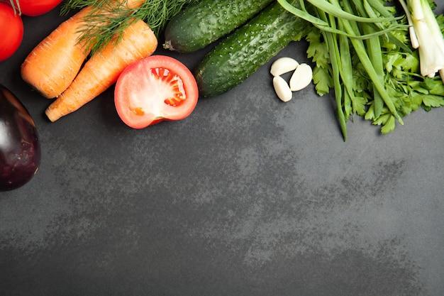 新鮮な野菜とグラファイトボードブラックカラーの背景。
