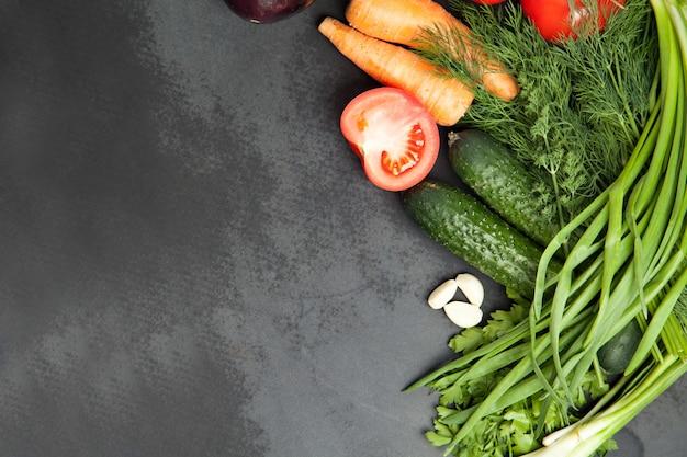 野菜、ハーブのフレーム。収穫、料理、秋の背景。コピースペース