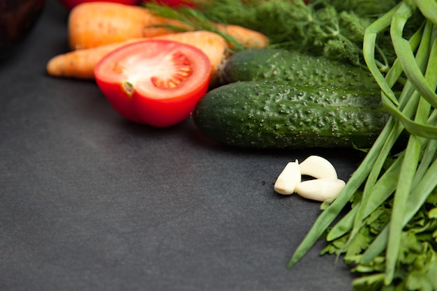 野菜のフレーム。 、ニンニク、パセリ、キュウリ、ナス、トマト、ディル。トップビューバナー