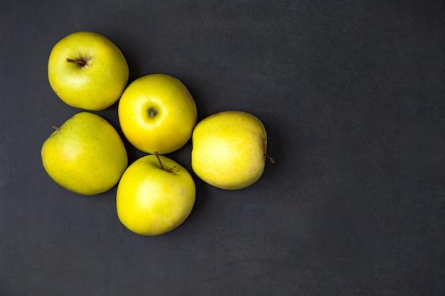 りんご。暗い背景に配置された新鮮な熟した青リンゴ。上面図。