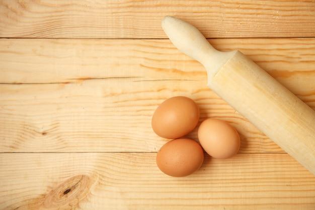 テーブルの上の生の有機茶色の卵