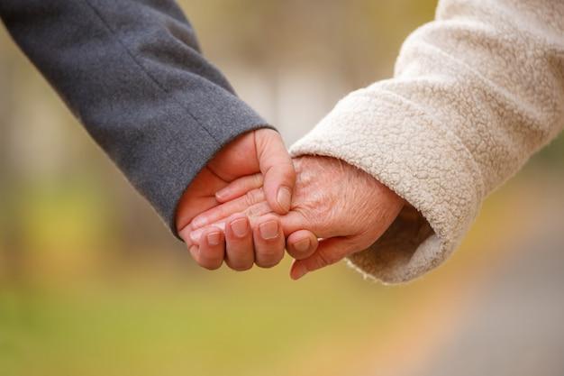 手を繋いでいる老夫婦