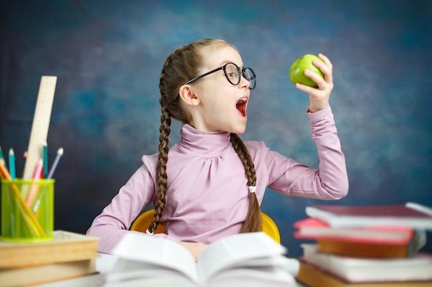 アップルとかなり白人の小学生の女の子