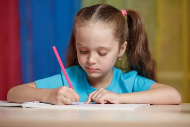学校で勉強しているそびれた少女