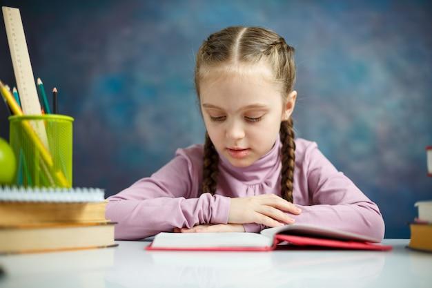 本を読んでかなり小さな女子高生