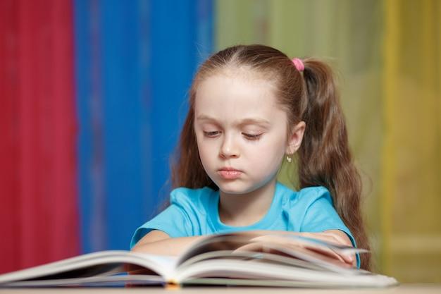 自宅で勉強してかわいい女の子