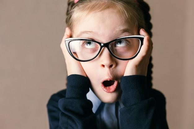 メガネで驚いた少女