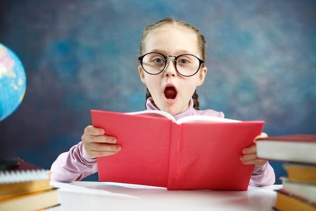 本を読んでかなり白人の小学生の女の子
