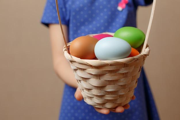 Красочные пасхальные яйца в корзине