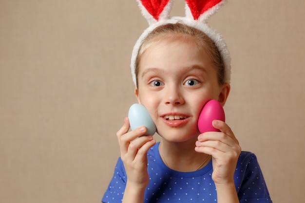 イースターの日にウサギの耳を着ているかわいい子供。