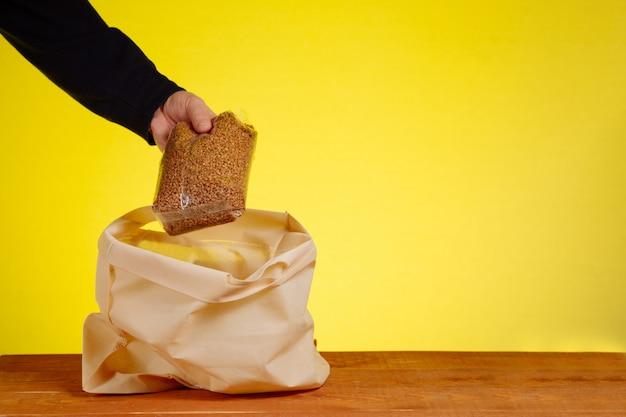 ボランティアがそばを綿の袋に入れました。やさしい包装、綿袋。生分解性パッケージ。食品のコンセプト