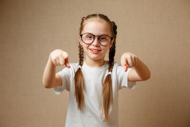 Симпатичная школьница в очках