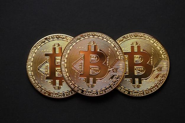 Биткойн золотая монета на темном фоне.