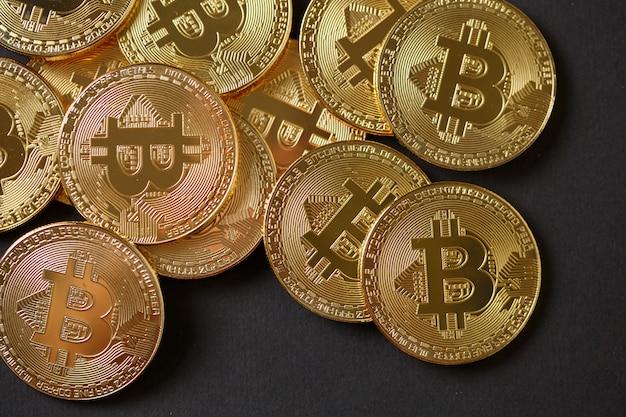 Много золотых биткойнов