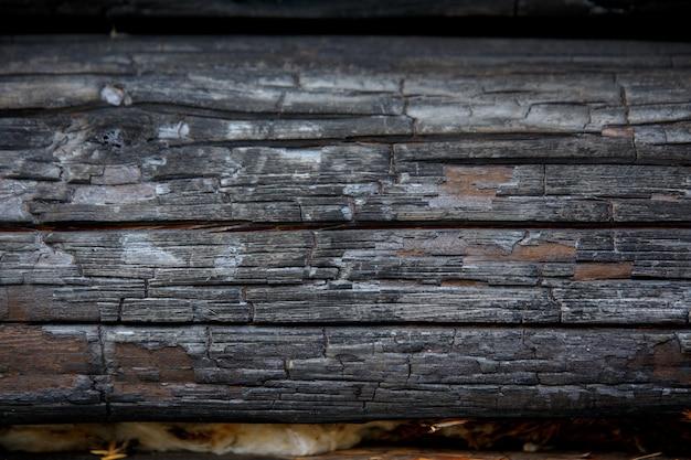 焼けた木製の壁