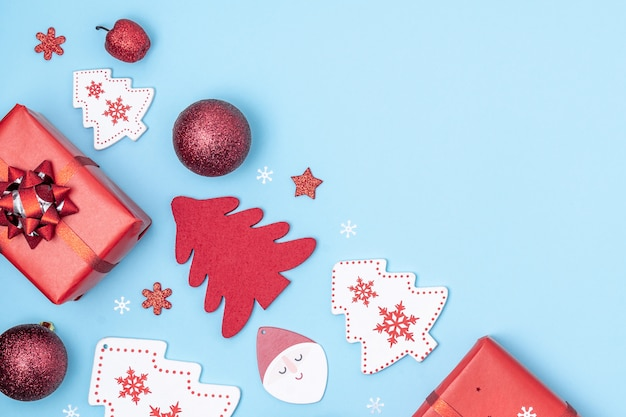 Подарочные коробки, звезды, елки, шарики, дед мороз на пастельном синем фоне