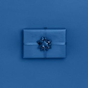 青いトレンディな色のギフトボックス。平面図、平置き、正方形