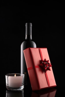 ギフトボックス、ワインのボトル、キャンドル。バレンタイン・デー。