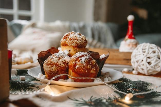 クリスマス新年装飾テーブルの上のカップケーキ