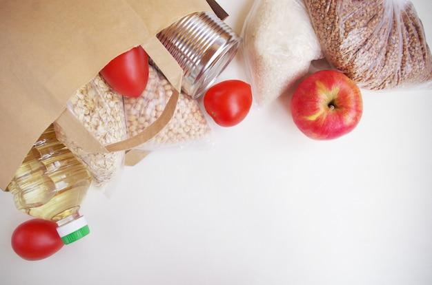Зерновые и консервы в бумажном пакете