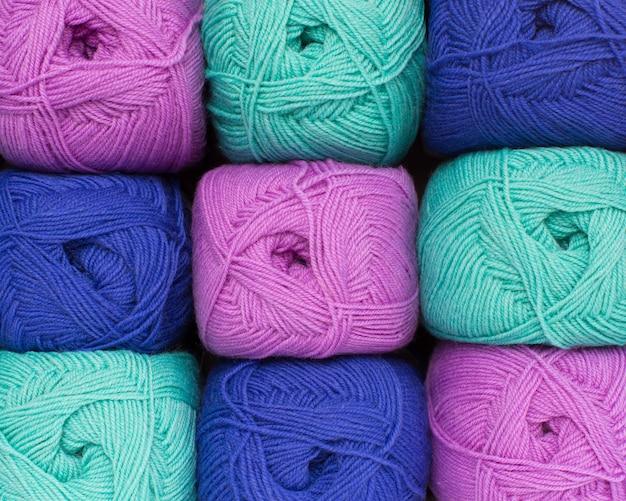 カラフルなスレッド。手作りの冬服用の編み糸。